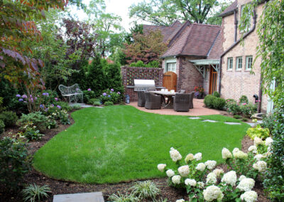 traditional-backyard-garden-design-forest-hills-ny